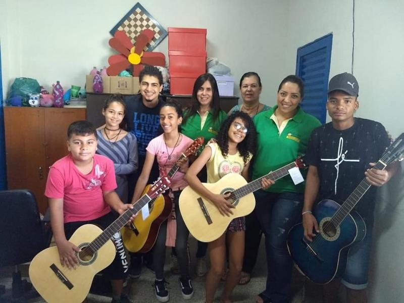 Doação de Violões para o Projeto Cantando a Vida